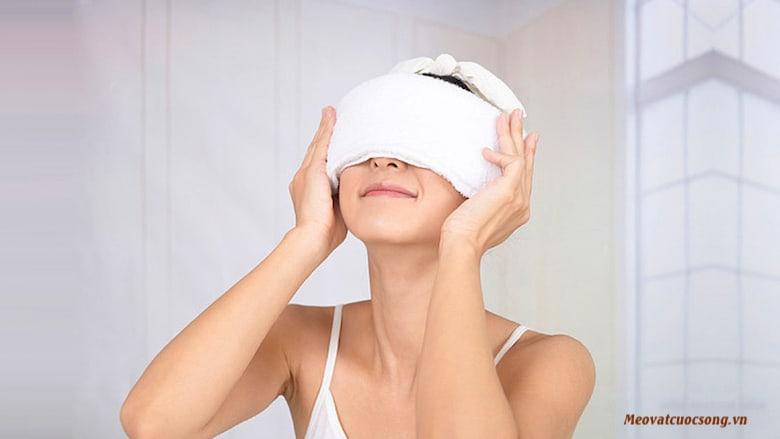 Sử dụng khăn ấm đắp mắt giảm căng thẳng